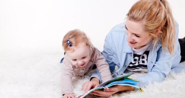 Czytanie dzieciom - mama i dziecko ogląda książkę