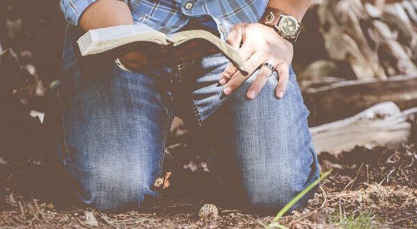 postaci mężczyzn w książkach - mężczyzna czytający książkę