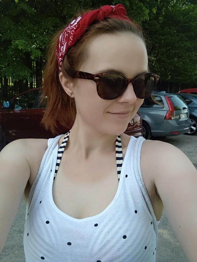 najlepsza wersja siebie kobieta z okularami przeciwsłonecznymi i czerwoną opaską na włosach