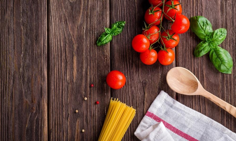less waste w kuchni, makaron, pomidory, ścierka kuchenna