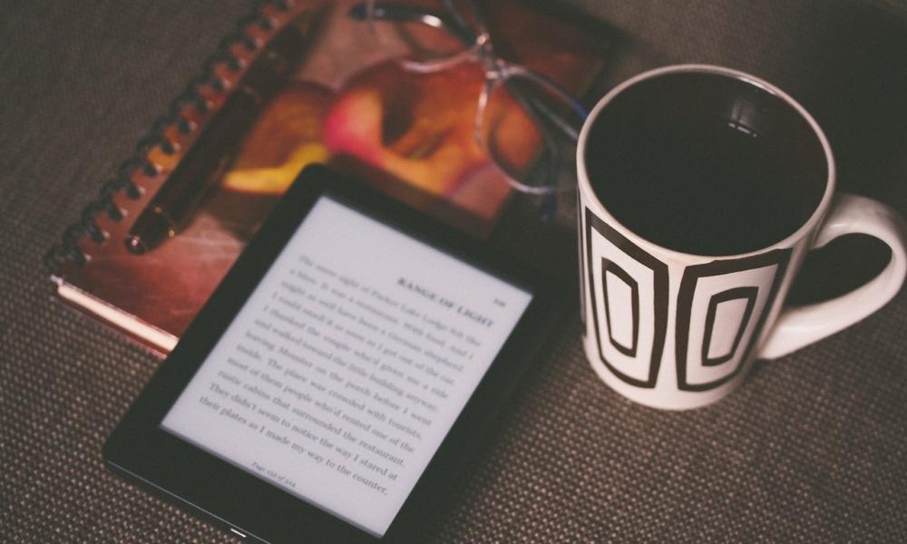 książka i czytnik ebooków kubek z kawą