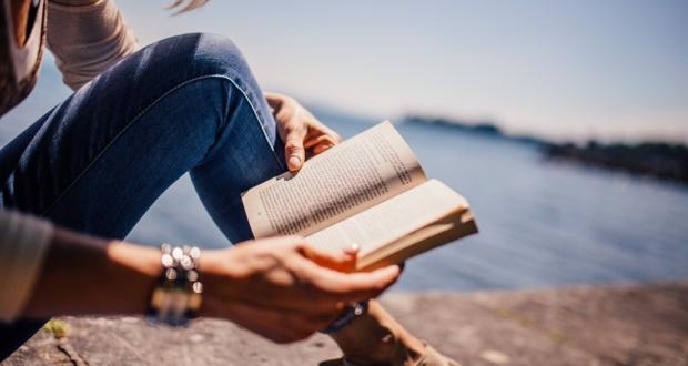 osoba czytająca książkę